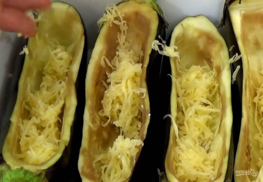 3. Замаринуйте куриное филе в измельченном луке и травах, затем нарежьте тонкими пластинками. Лук и помидор также нарежьте тонкими пластинками. Баклажаны сложите в смазанную маслом форму и посыпьте тертым сыром.