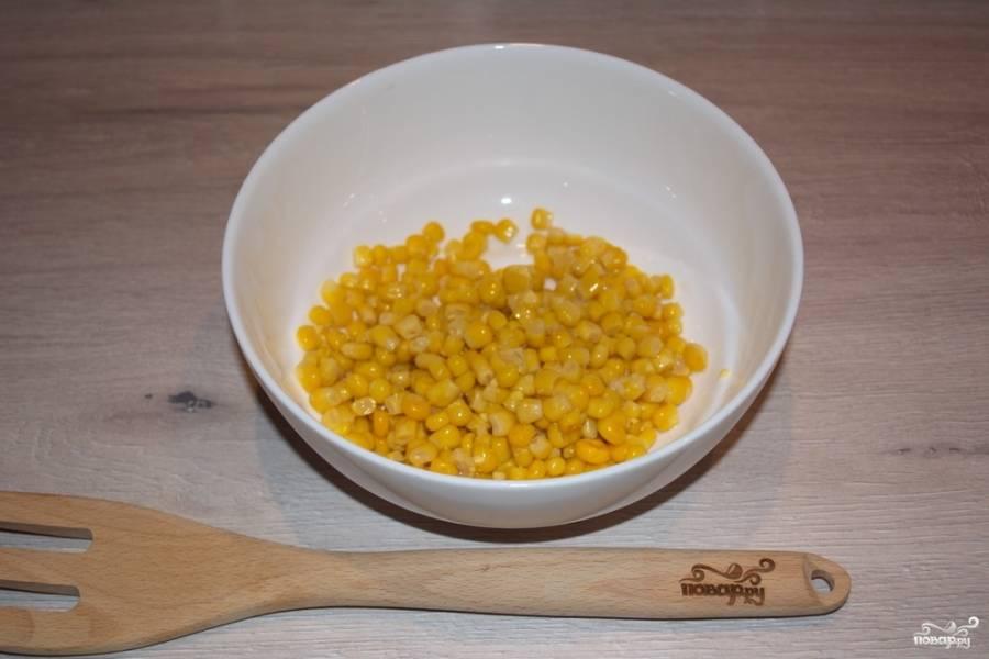 Консервированную кукурузу извлечь из банки, слить воду. Саму кукурузу переложить в салатник.