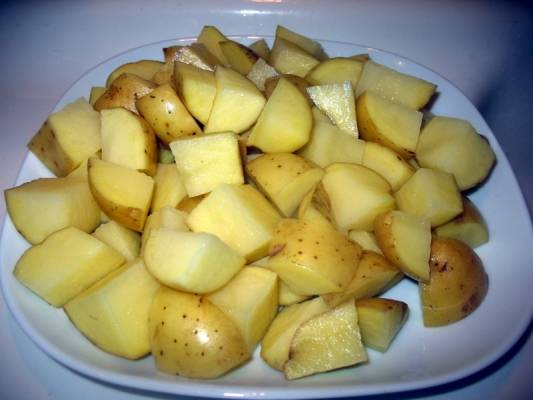 2. Картофель вымыть и нарезать кубиками. Если картофель старый, то лучше очистить его от кожуры.