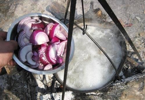 Варите мясо еще 20 минут, снимая пену и помешивая. Затем добавьте нарезанный полукольцами лук репчатый красный. Варим 15 минут.
