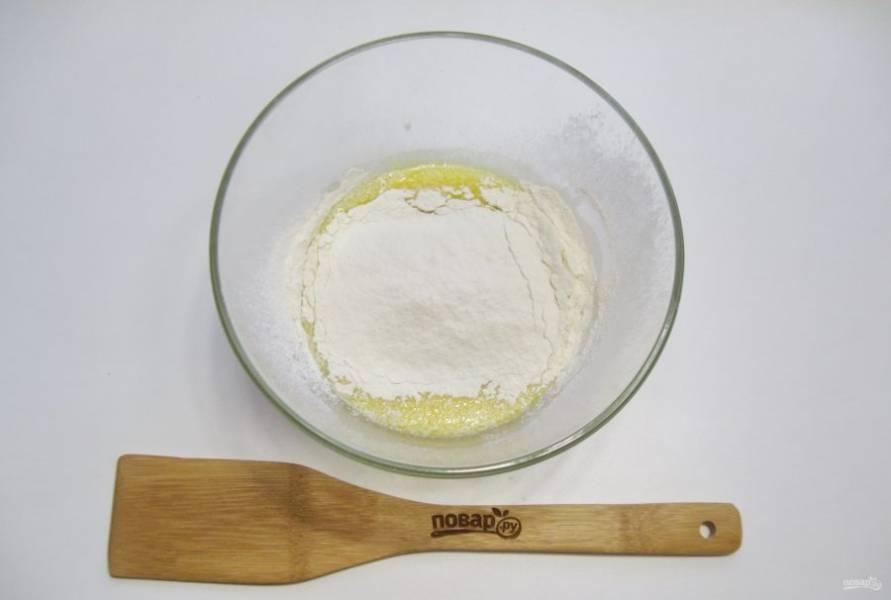 Всыпьте в миску соль, еще 3-4 столовые ложки сахара и просеянную муку.
