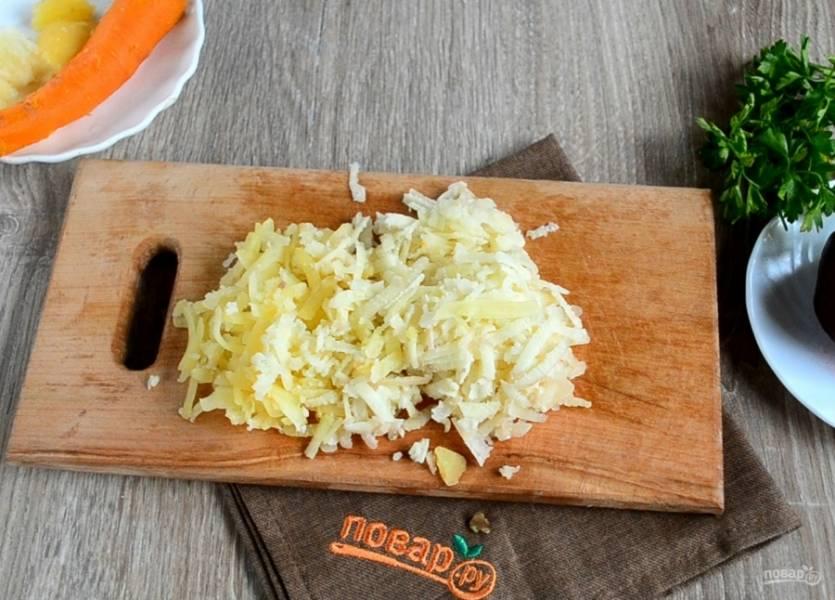 Картофель натрите на крупной или средней терке.