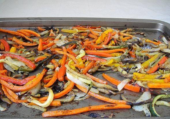 Проверять готовность овощей надо по моркови, если она мягкая, значит форму можно доставать из духовки.