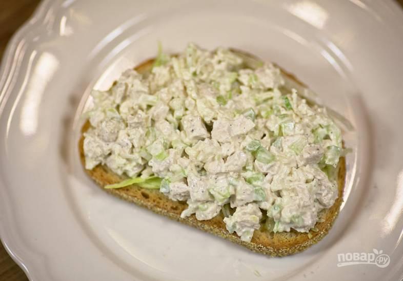 Подавайте салат с горячими блюдами или используйте его как начинку для бутербродов.