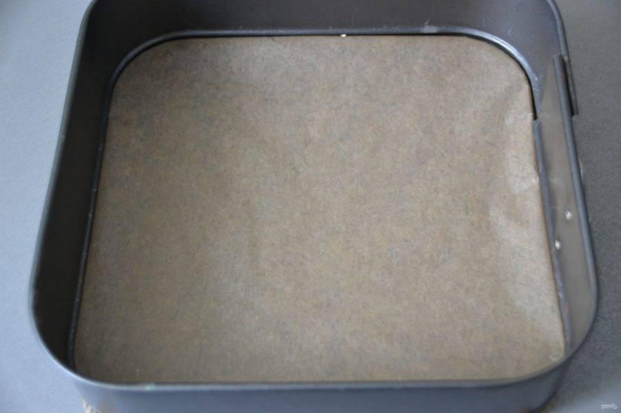 Подготовьте форму для выпечки, дно застелите пекарской бумагой.