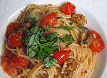 5. К готовым спагетти отправьте соус из томатов, зелени и базилика. Есть и второй вариант подачи блюда: верх пасты покрыть  соусом и притрусить зеленью.