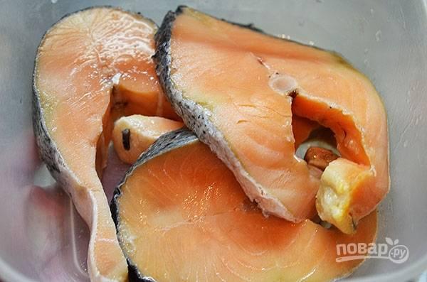 Стейки лосося хорошо промойте.