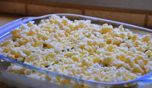 Посыпаем их тертым на крупной терке сыром.