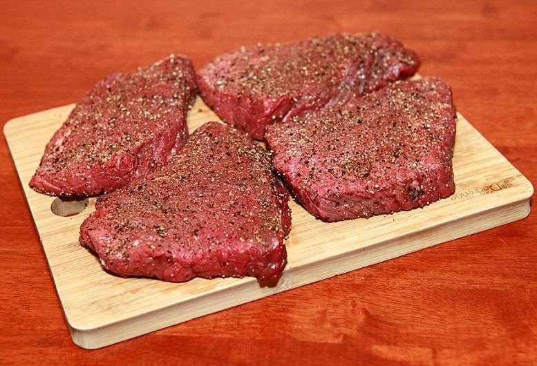 Далее натираем мясо со всех сторон специями (не солить!) и оставляем говядину минут на 10-15 подышать.