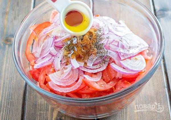 3. Выложите все в салатник. Добавьте соль, черный и кайенский перцы. Полейте оливковым маслом.
