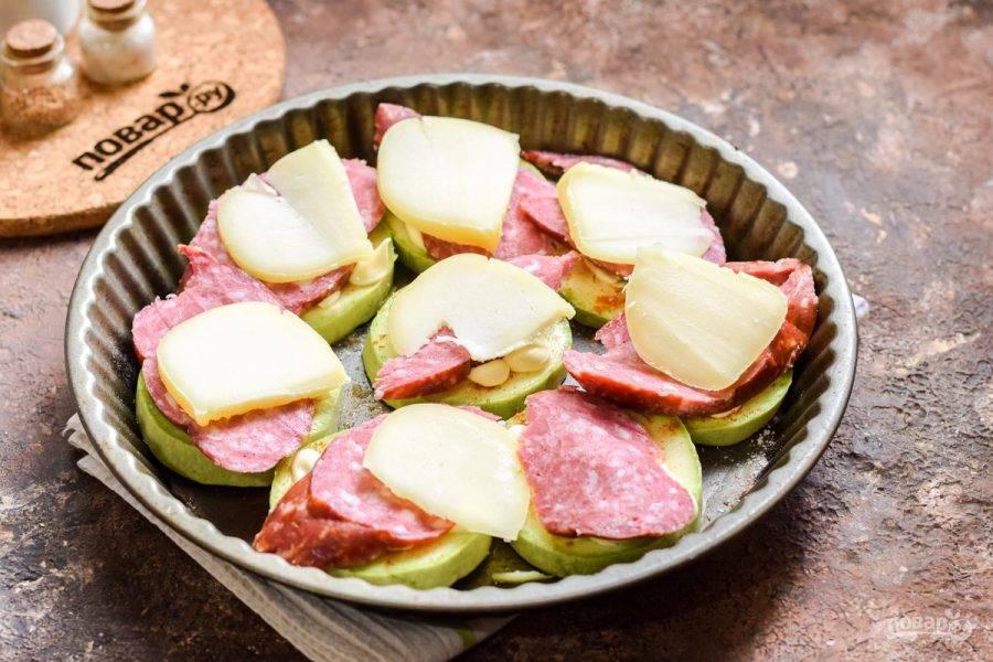 Поверх выложите пластины нарезанного сыра. Запекайте в духовке при температуре 180 градусов в течение 25 минут.