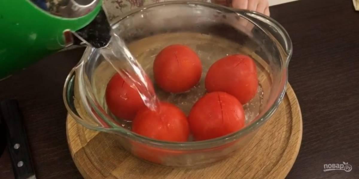 1. Сверху на помидорах сделайте крестообразные надрезы, залейте их кипятком на 2 минуты. Перец и свеклу нарежьте и измельчите в блендере.