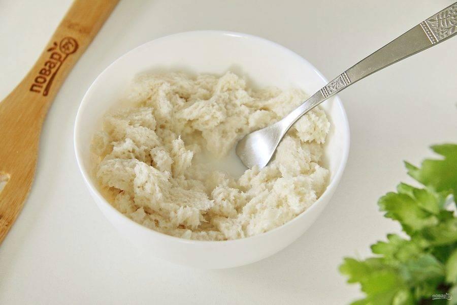 У хлеба срежьте корочки, покрошите его руками и замочите в молоке.