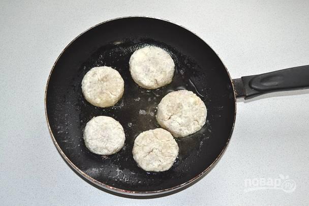 Выложите на сковороду с разогретым растительным маслом.