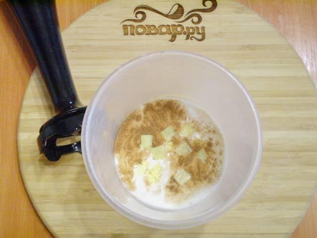 В чашу для блендера наливаем кефир, добавляем корицу и имбирь. Взбиваем до однородного состояния.