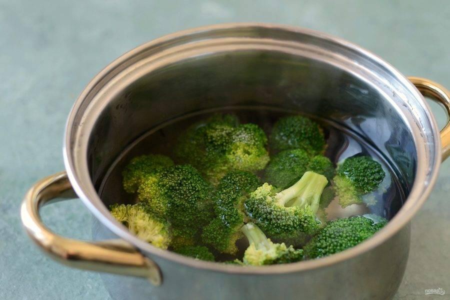 Брокколи разделите на соцветия. Отварите в кипящей посоленной воде 3-4 минуты. Затем сразу опустите в холодную, чтобы сохранить яркий зеленый цвет.