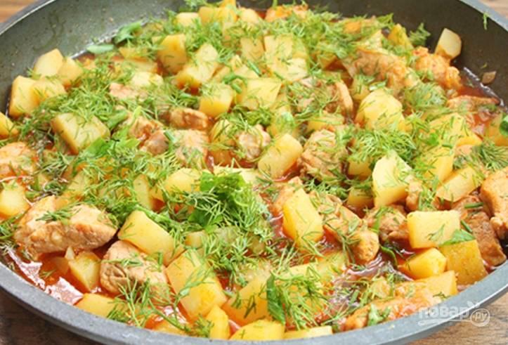 За 5 минут до готовности посыпаем блюдо измельченной зеленью.