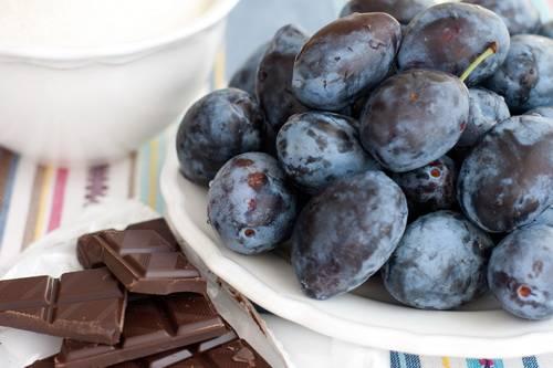 1. Удивительный рецепт приготовления сливового варенья. Для него нам понадобятся любые сливы, шоколад и сахар. Для начала нам нужно помыть, очистить от косточек сливы, после чего нарезать их тоненькими ломтиками.