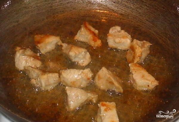 Свинину помойте, нарубите на маленькие кусочки. Обжарьте в масле на сковороде. Потом залейте водой и оставьте вариться на 35 минут.