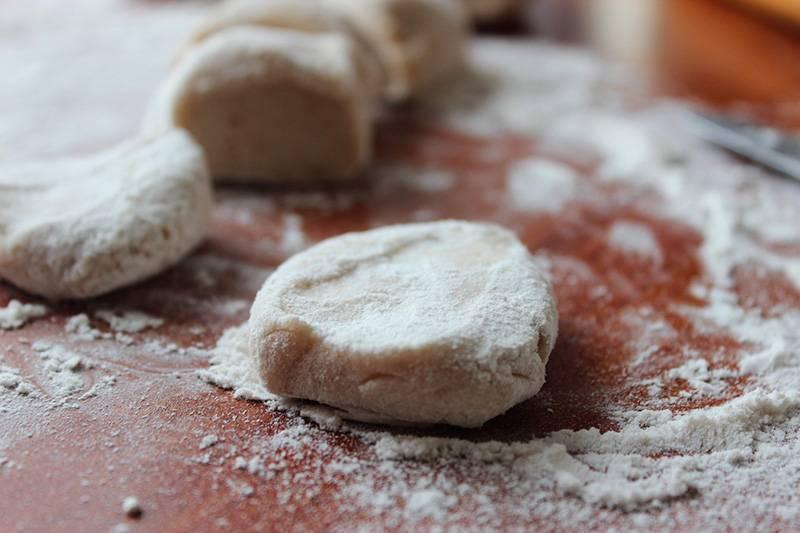 5. Разделите тесто на небольшие кусочки, каждый из которых нужно раскатать в лепешку.