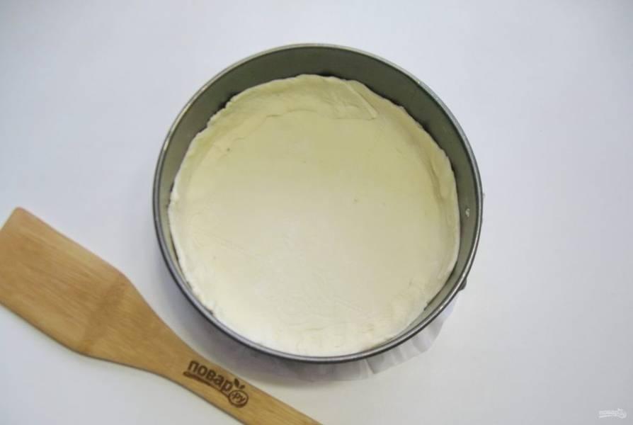 Слоеное тесто немного раскатайте и выложите в форму, образуя бортики. Диаметр моей формы 18 см.