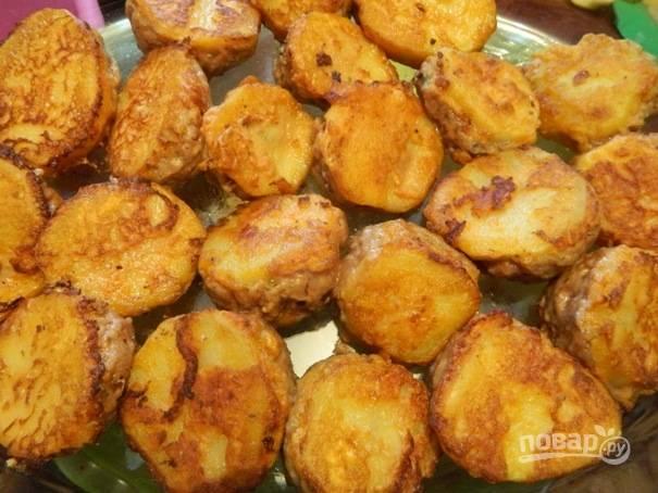 6. Обжариваем каждую картофельную заготовку с двух сторон по несколько минут на среднем огне, чтобы появилась корочка. Затем выкладываем мафрум в посуду, где картофель будет тушиться.