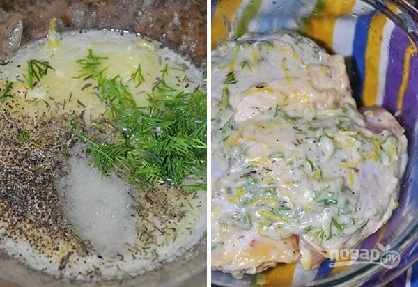 1. Сливочное масло растопите и вылейте в глубокую мисочку. Лимон вымойте, обсушите, натрите цедру и добавьте в маринад. Туда же отправьте 2-3 ложки сока. Посолите, поперчите по вкусу, добавьте зелень и любимые специи. Все тщательно перемешайте. Выложите в маринад курочку и оставьте на 20-25 минут.
