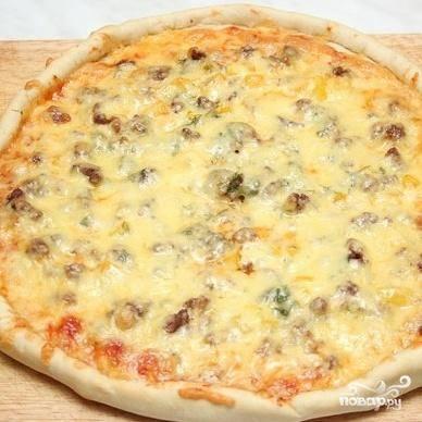 6. Выпекать пиццу в духовке при 220 градусах в течение 15 минут.