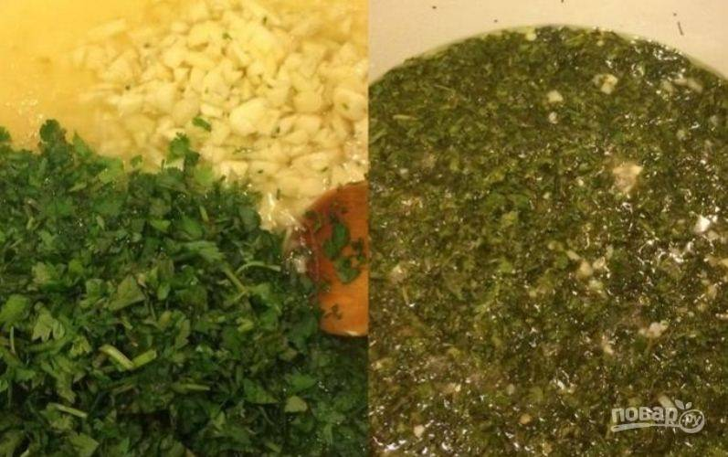 В маринад, где варился перец, всыпьте зелень и чеснок. Варите 3-5 минут.