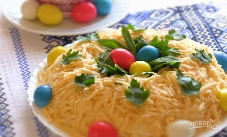 7. Извлеките стакан из центра салата, украсьте его петрушкой, перепелиными яйцами (я их покрасила). Вот и всё!