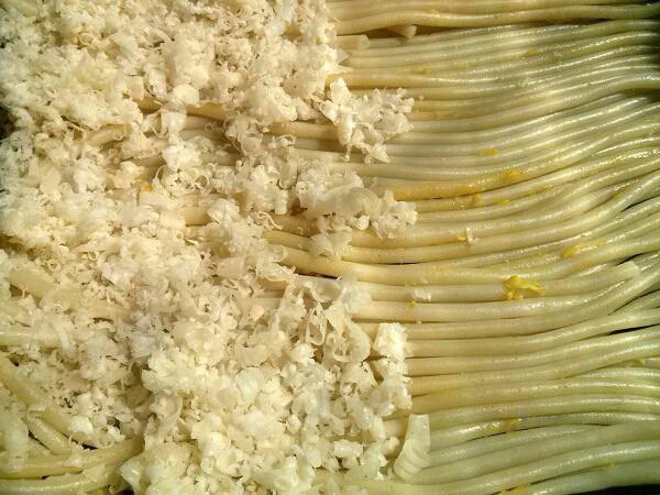 Аккуратно ровным слоем выложите половину макарон на дно формы. У меня форма размером 34*24*5 см. Посыпьте половиной натертого сыра.