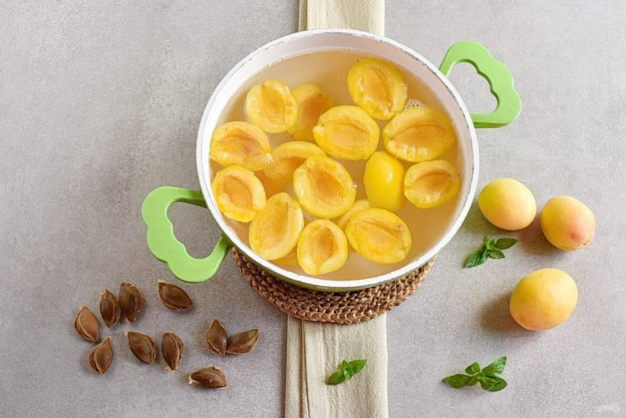 Положите в сироп половинки спелых абрикосов.