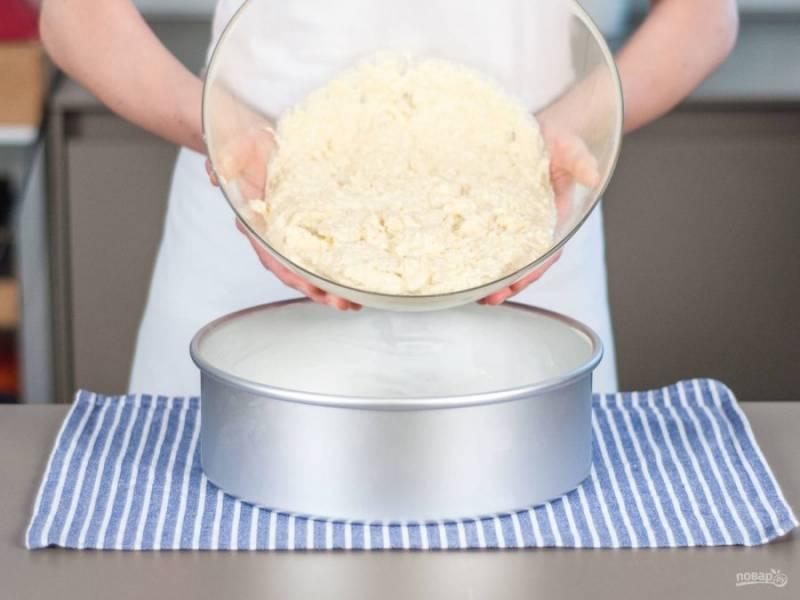 Теперь смешайте густую и сухую смесь. Замешайте тесто. Влейте его в форму для выпечки. Выпекайте кекс 45 минут.