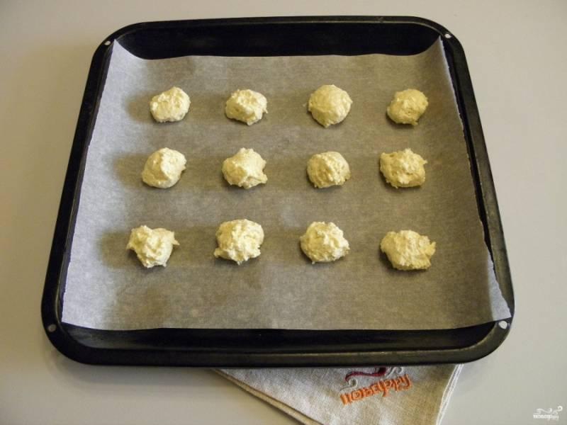Застелите противень бумагой для выпечки. С помощью двух чайных ложек выложите печенье на лист на расстоянии друг от друга и выпекайте 15 минут.