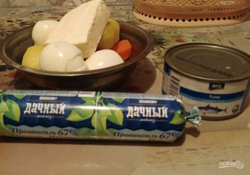 1. Минимум продуктов понадобится для приготовления этого вкусного салата. Вместо тунца можно брать любые рыбные консервы (сардина, сайра и т.п.). Заранее нужно отварить и остудить картофель, морковь и яйца.