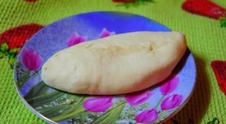 Разделите тесто на части, раскатайте их в лепешки и сформируйте пирожки с картофельной начинкой.