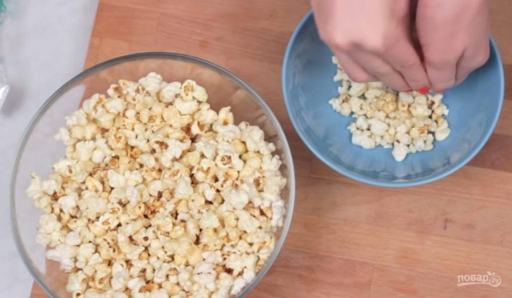 1. Для начала слегка измельчите попкорн, чтобы кусочки стали чуть поменьше в размере. Лучше всего сделать это руками, а не блендером.
