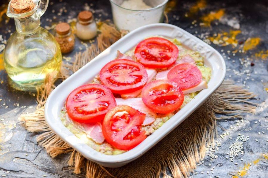 Сверху выложите кружочки помидоров. Духовку прогрейте до 180 градусов, запекайте 25-30 минут.