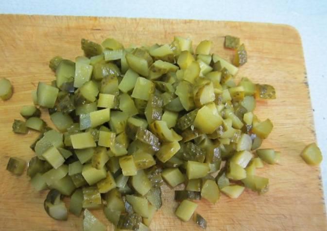 4. В последнюю очередь в солянку добавляются огурцы, специи и оливки с лимонным соком. Перемешайте, попробуйте на вкус, и в последний раз доведите до кипения.