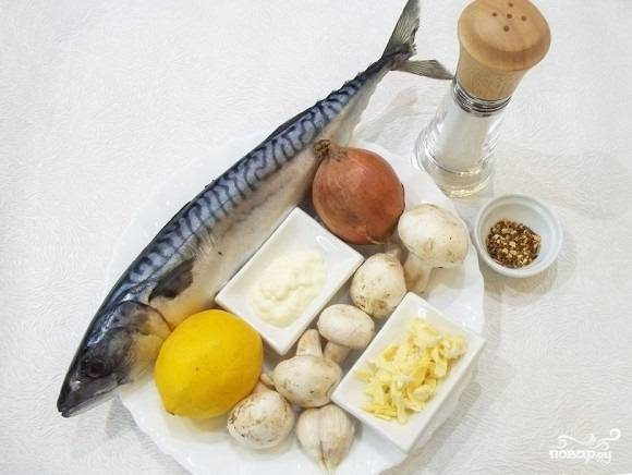 1.Подготавливаем все составляющие для приготовления рыбы с грибами. Лимон промываем, грибы очищаем от кожицы, чистим луковицу и чеснок.