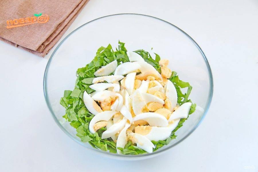 3. Добавьте крупно нарезанные вареные яйца.