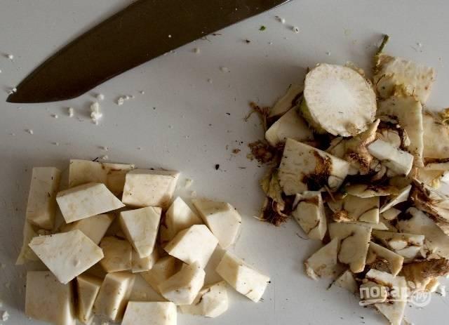 1.Очистите корень сельдерея от кожуры и нарежьте его небольшими кубиками. Разрежьте цветную капусту на 4 части. 3 части из 4 выложите на противень и запекайте при 180 градусах.
