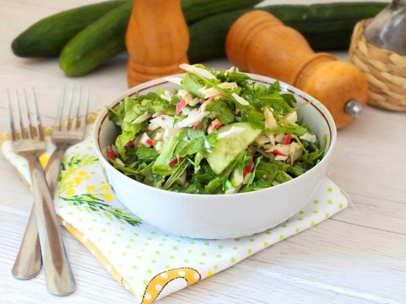 Салат с крабовыми палочками и рукколой