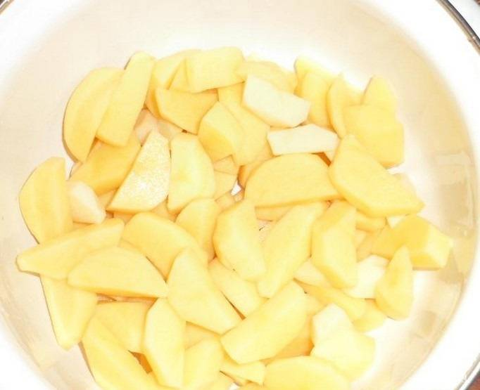 4.Картошку чистим и моем, нарезаем её небольшими кусочками (или как вам больше нравится).