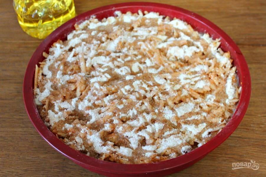 Поливаем пирог рафинированным подсолнечным маслом. Масло нужно наливать тонкой струйкой, распределяя по поверхности так, как на фото. Отправляем форму в разогретую духовку. Выпекаем при температуре 180 градусов около 30 минут.