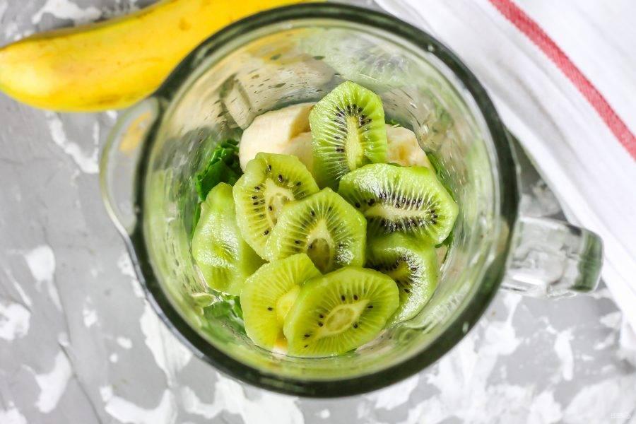 Киви очистите от кожуры, промойте и нарежьте слайсами. Добавьте в емкость к остальным ингредиентам. В рецепте используются 3 мелких фрукта, которые вы можете заменить 1 крупным.
