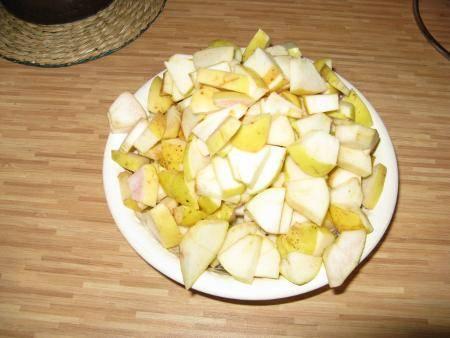 4. Яблоки нужно вымыть и просушить. Очистить от сердцевины и нарезать небольшими кусочками. Если кожица грубовата, можно яблоки очистить. При желании их можно взбрызнуть лимонным соком и присыпать корицей.
