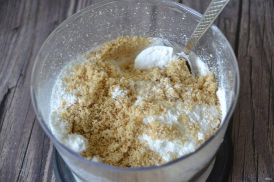 Всыпьте к орехам 100 граммов сахарной пудры и перемешайте.