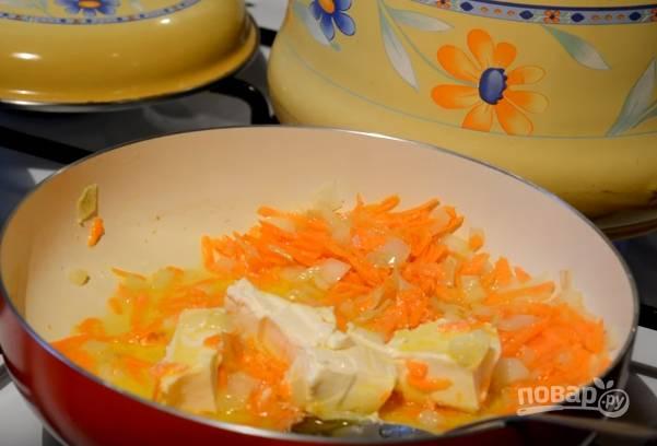 4. Для зажарки нарежьте лук кубиками, а морковь натрите на крупной терке. Поджарьте лук до прозрачности, затем отправьте на сковороду морковку. Плавленый сыр нарежьте кубиками и тоже выложите на сковороду. Залейте двумя половниками картофельного отвара.