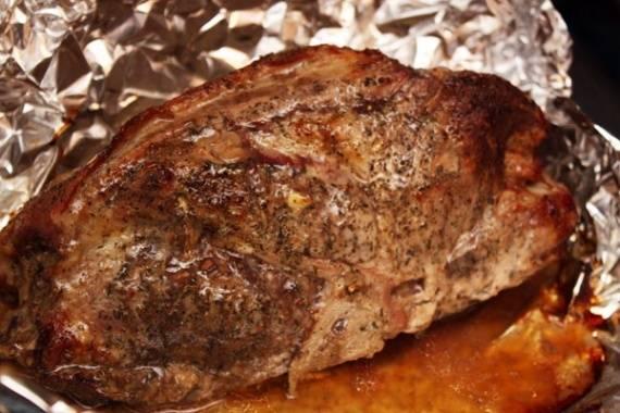 5. Теперь фольгу необходимо тщательно завернуть, чтобы не выпустить лишний сок и отправить мясо в хорошо прогретую духовку. Чтобы свинина была сочная и как следует проготовилась, температуру лучше ставить не более 190 градусов. Через 1.5-2 часа, в зависимости от размера кусочка мяса, фольгу можно аккуратно развернуть. Оставить запекаться шейку еще 15-20 минут при температуре около 210-220 градус. Таким образом, мясо будет сочным внутри, а сверху получится румяная корочка.